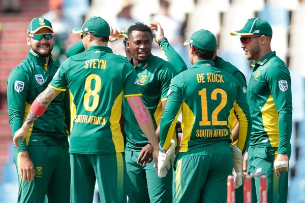 South African bowler Andile Phehlukwayo (C) celebrates with teammates after dismissing Australian batsman Steven Smith (unseen) during Australia against South Africa ODI cricket match on September 30, 2016 at the Centurion cricket ground in Centurion, South Africa. / AFP / GIANLUIGI GUERCIA (Photo credit should read GIANLUIGI GUERCIA/AFP/Getty Images)