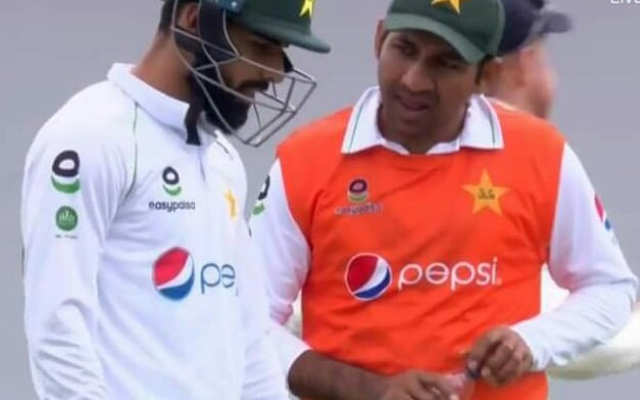 Sarfaraz Ahmed carrying drinks
